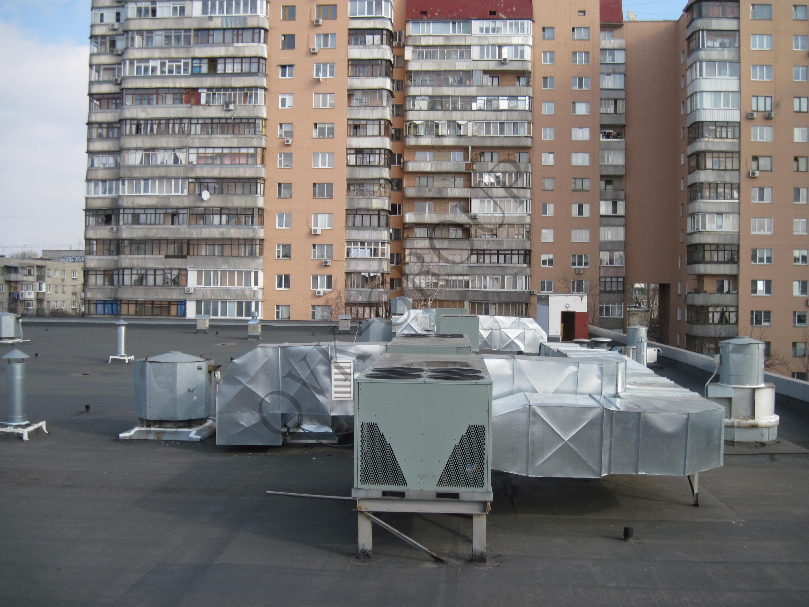 Монтаж систем отопления и кондиционирования торгового центра на основе руфтопов