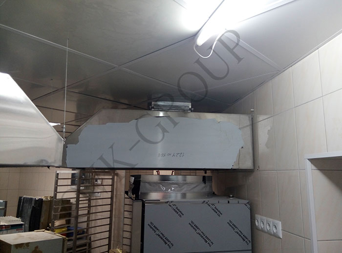Проектирование и монтаж вытяжных зонтов системы вентиляции в кухне кафе в Харькове
